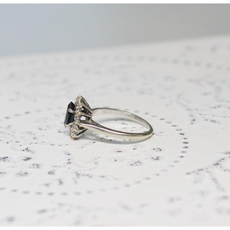 bague marguerite en or blanc avec saphir et diamants. Black Bedroom Furniture Sets. Home Design Ideas