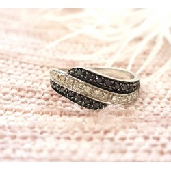 Bague or blanc pavage diamants noirs et blancs